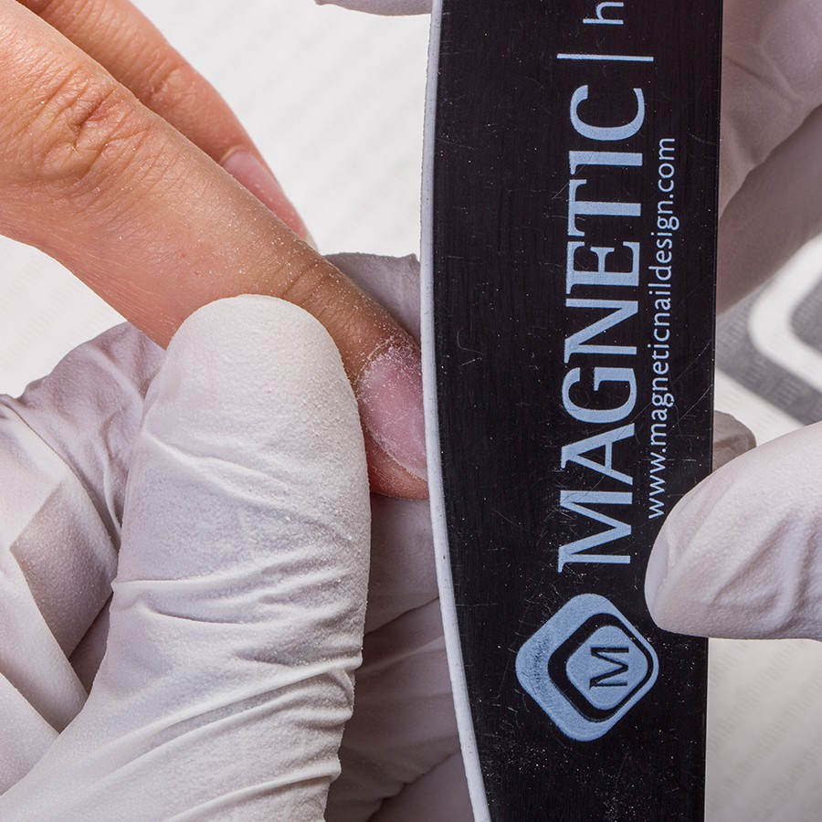 Verwijder het sjabloon en vijl de vorm van de nagel met een Emery Board. Vijl het oppervlak van de nagel met een 180 grit Hygienic File. Maak met een White Block (145051) ronddraaiende bewegingen om rechte vlakken en krassen op de nagel te verwijderen. Gebruik de Smooth Operator en de Ultimate Shiner voor een natuurlijke glans.