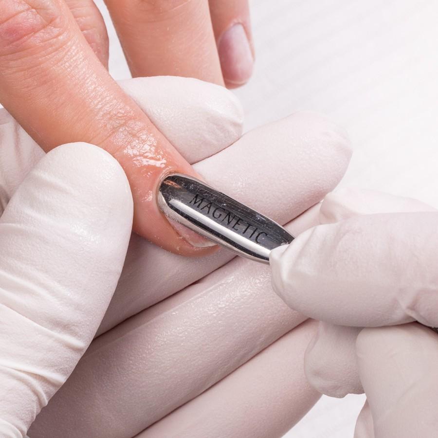 Breng over de gehele natuurlijke nagel Soft Bond Primer (130011) aan. Laat dit aan de lucht drogen. Gebruik bij beschadigde nagels of bij lifting Seal & Protect Solution (130007).